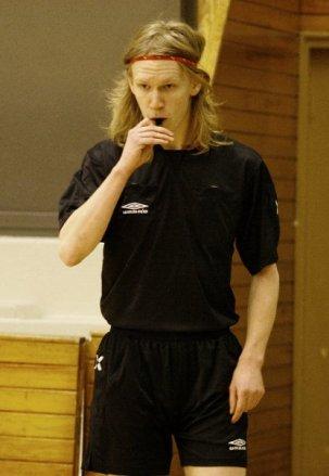 Dengang jeg dømte på mit højeste niveau havde jeg langt hår. Hvem kunne tage denne mand seriøst? Tja, billedet er taget fra en liga-kamp... Hvordan når man dertil?